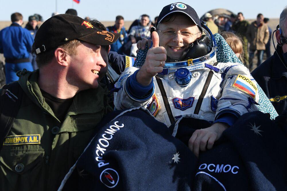Andrei Borisenko, da Roscosmos, faz sinal de positivo para fotógrafo