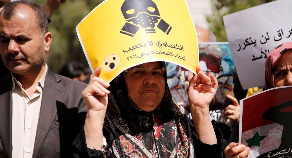 Pessoas protestam contra o ataque aéreo dos EUA na Síria em frente do edifício da ONU em Damasco, em 8 de abril de 2017