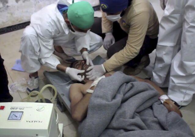 Ajuda médica a uma vítima do suposto ataque químico em Idlib, na Síria