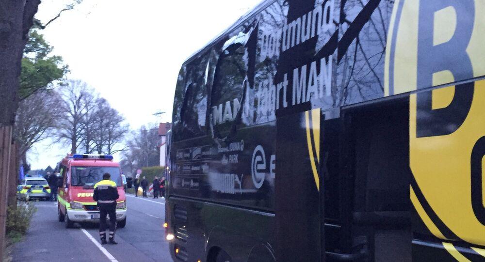 Uma janela do ônibus do Borussia Dortmund ficou danificada após uma explosão antes da partida pelas quartas de final da Liga dos Campeões contra o Monaco em Dortmund, Alemanha, Terça-feira, 11 de abril de 2017.