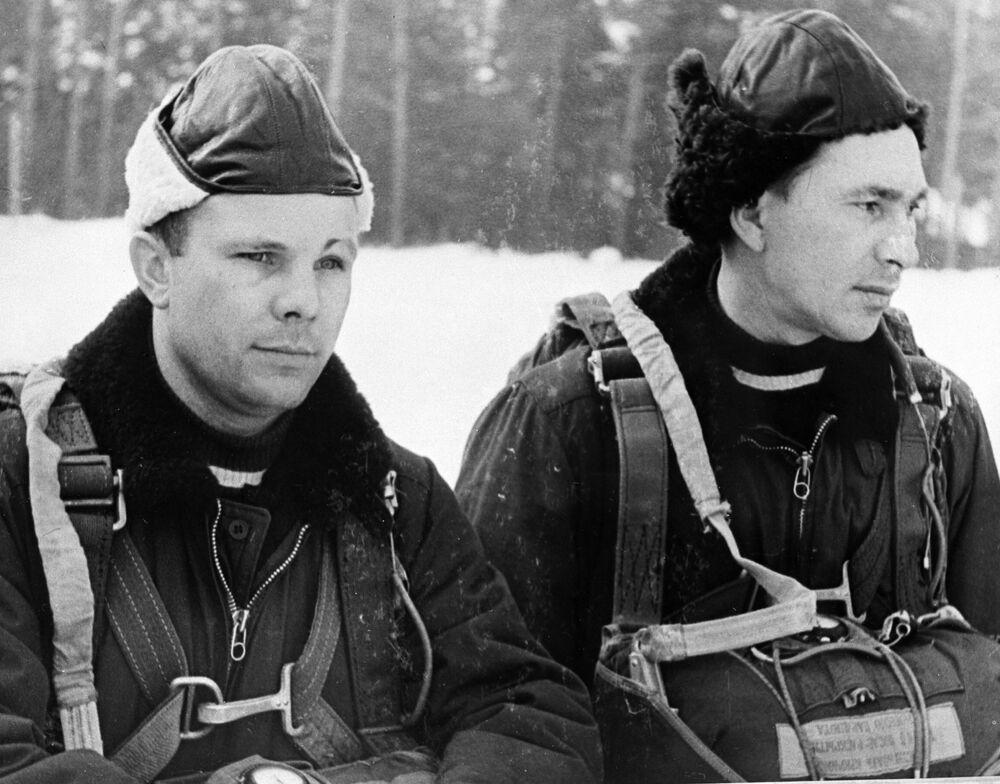 Pilotos Yuri Gagarin (à esquerda) e Pavel Belyaev, membros do primeiro destacamento de cosmonautas, durante treinamentos de paraquedismo