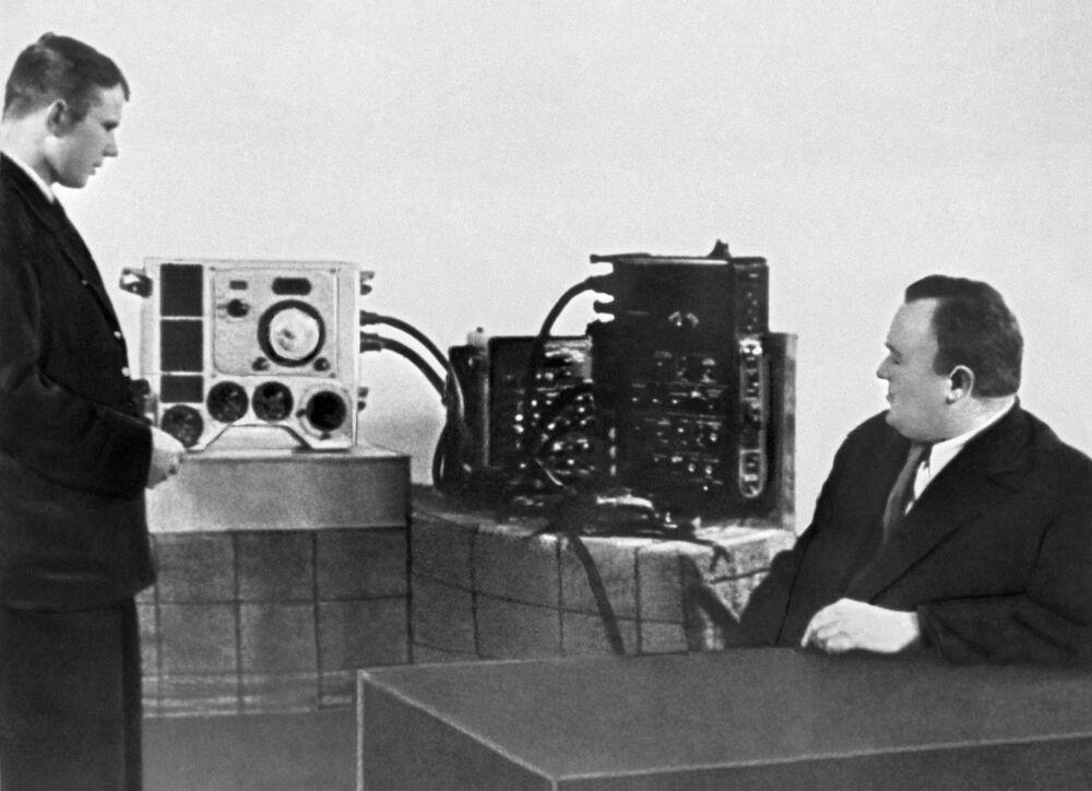 O candidato a cosmonauta Yuri Gagarin com Sergei Korolev, o engenheiro-chefe de foguetes e naves soviético durante um exame