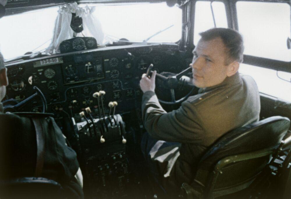 Yuri Gagarin no cockpit de avião na véspera do voo para o Espaço