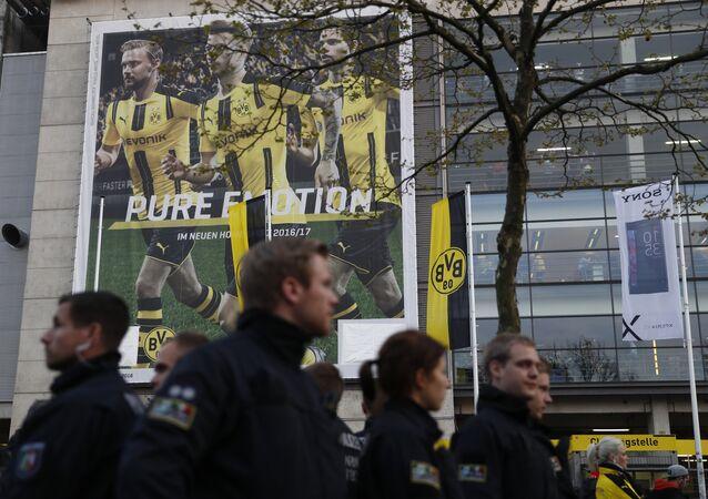 Polícia no local da explosão que atingiu ônibus do Borussia Dortmund, Alemanha, 11 de abril de 2017