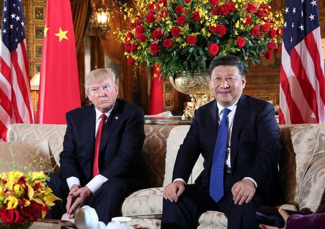 Presidente dos EUA, Donald Trump, saúda seu homólogo chinês, Xi Jinping, em Mar-a-Lago, no estado norte-americano da Flórida (arquivo)