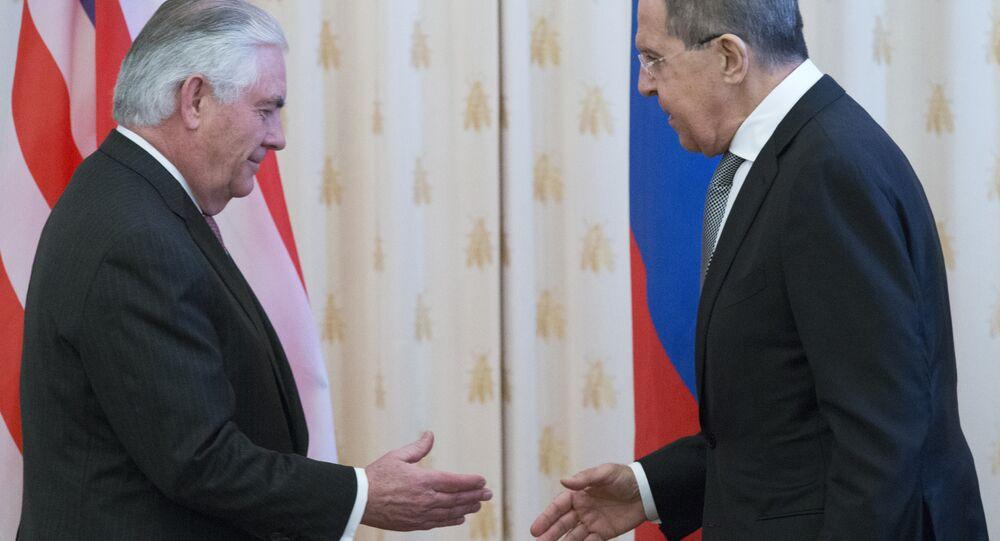O secretário de Estado dos EUA, Rex Tillerson e o ministro russo das Relações Exteriores, Sergey Lavrov, agitam as mãos antes de suas conversações em Moscou, Rússia, quarta-feira, 12 de abril de 2017. As conversas de Tillerson em Moscou dependem da nova alavancagem dos EUA sobre a Síria.