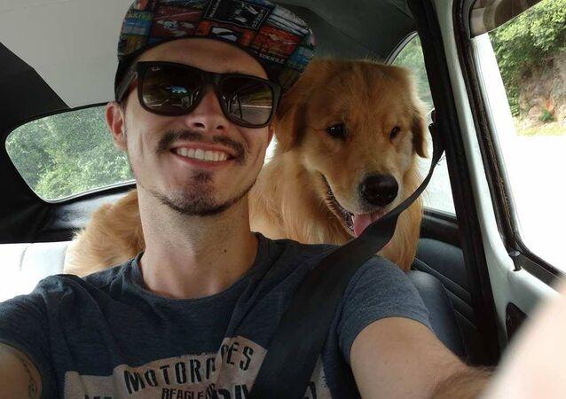 Jesse e o companheiro, o golden retriever Shurastey