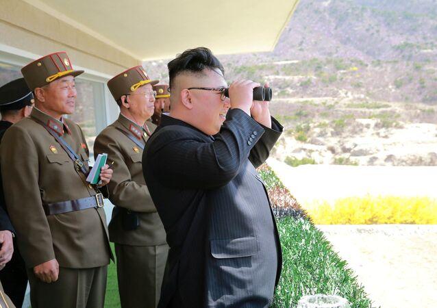 Kim Jong-un, líder norte-coreano observa treinamentos do Exército Popular da Coreia, 13 de abril de 2017