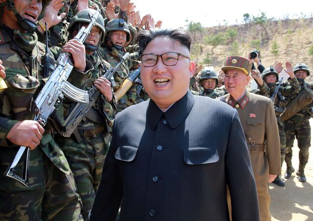 Kim Jong-un, líder norte-coreano, observa treinamentos militares de seu país (foto de arquivo)