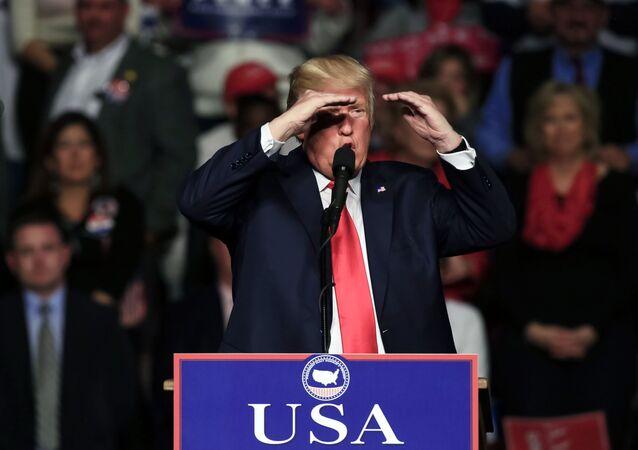 Donald Trump durante um encontro com os eleitores no âmbuto da turnê The USA Thank You Tour (Turnê do Agradecimento pelos EUA)