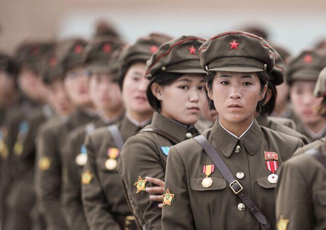 Militares norte-coreanas durante a parada militar em homenagem ao 60º aniversário do fim da Guerra da Coreia, 2013