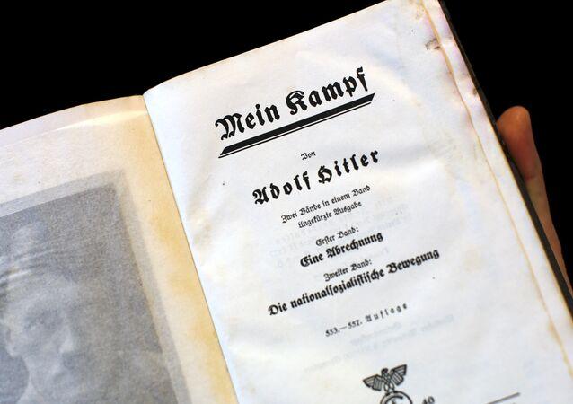 Uma cópia do livro de Adolf Hitler Mein Kampf de 1940, Berlim, Alemanha, 16 de dezembro de 2015