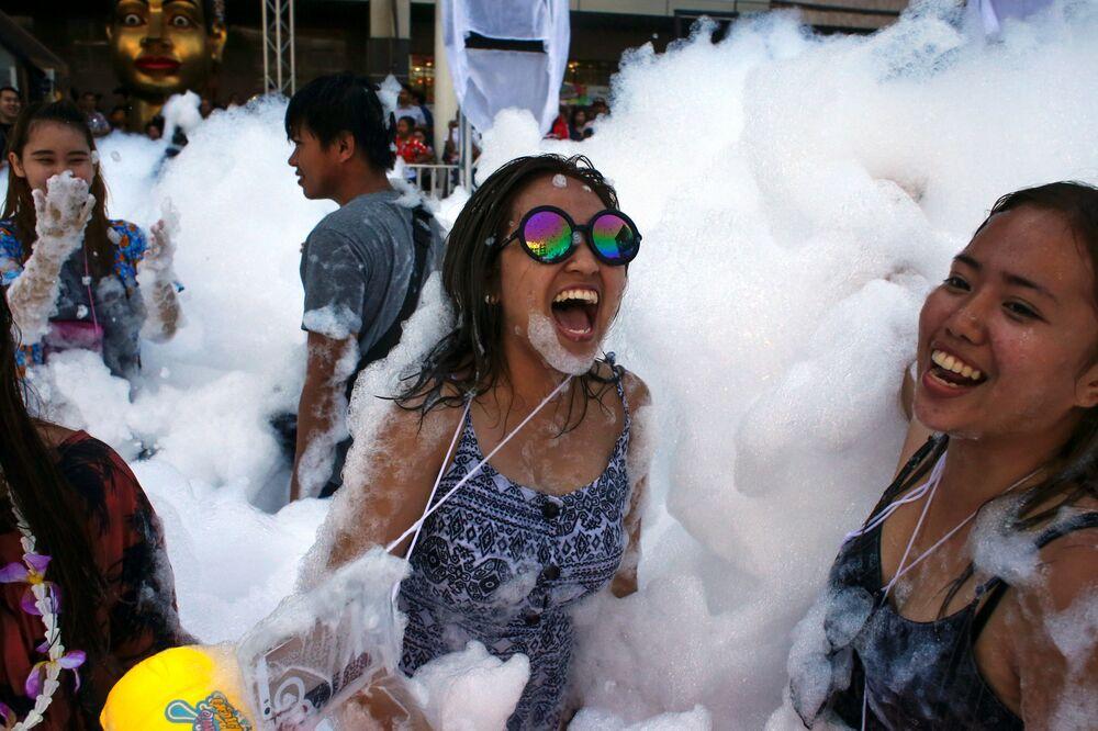 Cidadãos tailandeses participam das festas no âmbito do Festival Songkran, em Bangkok