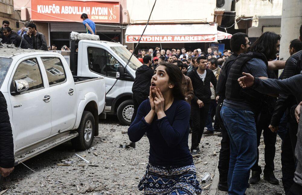 Pessoas no local da explosão no centro da cidade turca de Diyarbakir, em 11 de abril