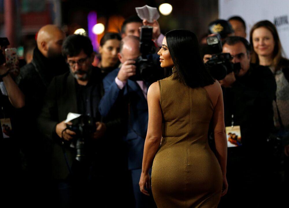 Celebridade televisiva Kim Kardashian durante a estreia do filme The Promise (A Promessa, em inglês) em Los Angeles