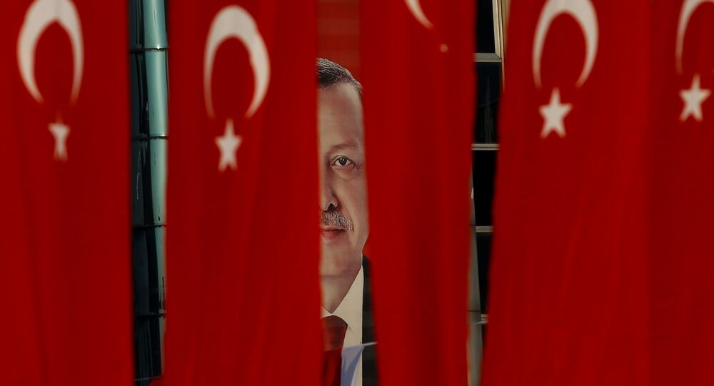 Foto do presidente da Turquia, Recep Tayyip Erdogan, entre bandeiras do país, em Istambul, dois dias antes do referendo de 16 de abril de 2017
