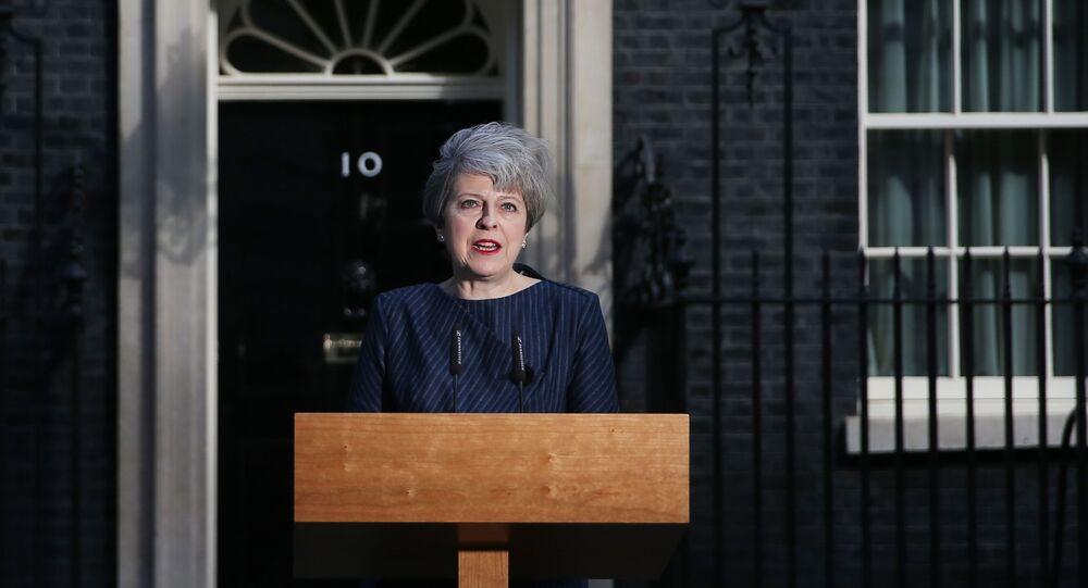 Premiê britânica, Theresa May, fala em frente do número 10 de Downing Street, ou seja, sua residência oficial, em 18 de abril de 2017