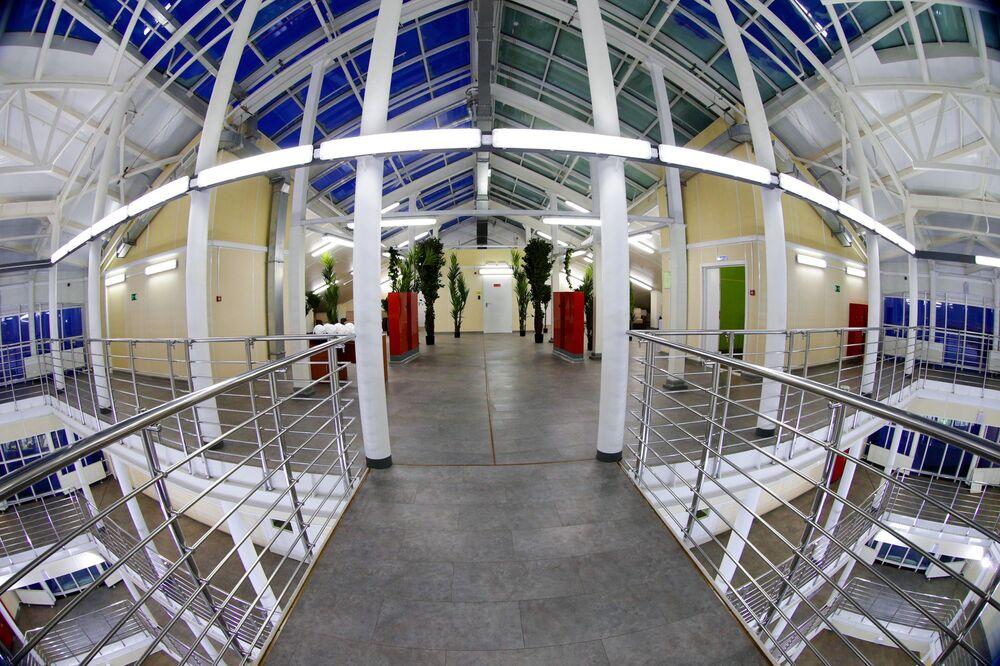 A excursão virtual em 3D pela base militar mostra como são equipados os quartos para os militares, o refeitório, academia de musculação e sala de projeção de filmes, biblioteca, átrio, estufa e hospital