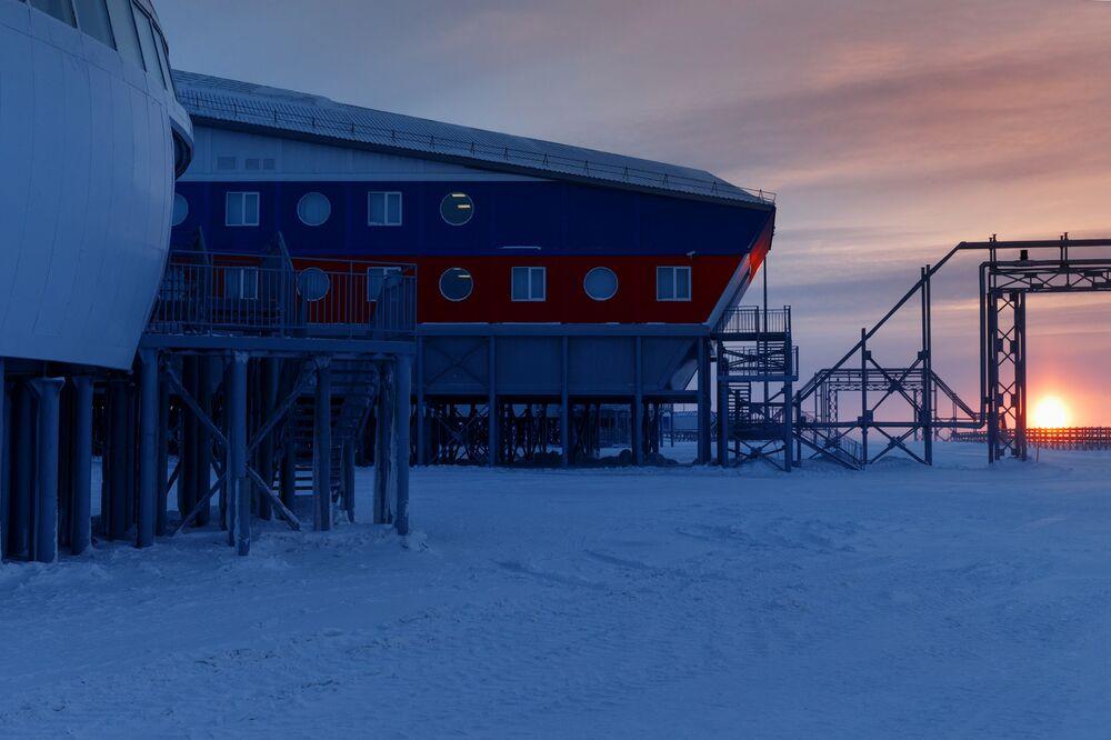 Todos os materiais da construção e técnica utilizada são especialmente destinados a esse tipo de infraestrutura, pois são capazes de resistir ao frio dessas latitudes