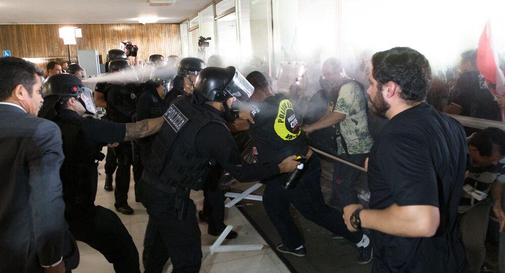 Policiais civis invadem a Câmara dos Deputados