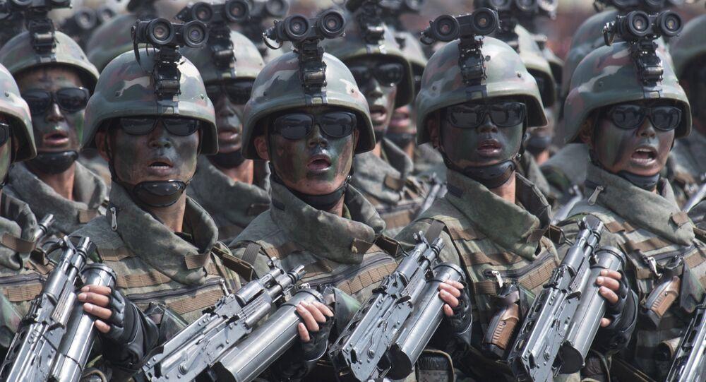 Esta foto mostra militares durante o desfile militar comemorando os 105 anos de nascimento de Kim Il-sung