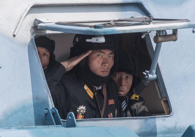 Militares norte-coreanos são vistos dentro de um veículo militar durante os festejos para comemorar os 105 anos de nascimento de Kim Jong-il