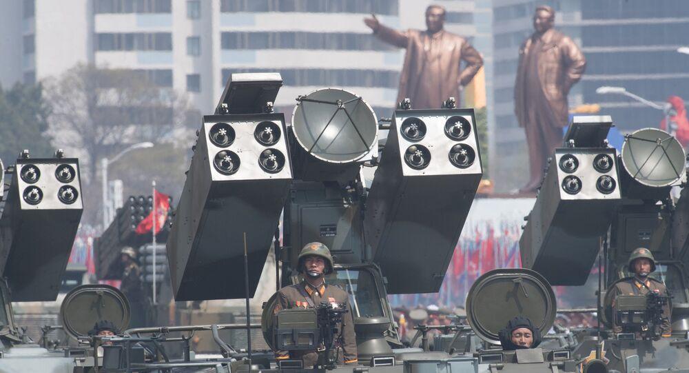 Um complexo de defesa antiaérea do Exército Popular da Coreia é visto durante o desfile dos 105 anos de nascimento de Kim Jong-il