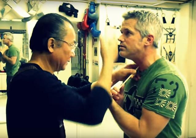 Mestre da luta Wing Chun quebra pauzinho na garganta
