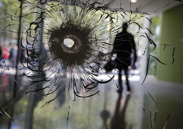 Um vidro quebrado por uma bala na avenida Champs-Élysées, em Paris, em 21 de abril de 2017