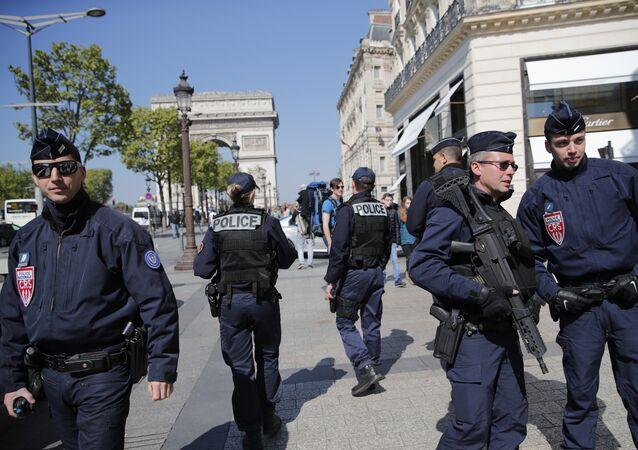 Oficiais da polícia francesa patrulham a avenida de Champs-Élysées em 21 de abril de 2017, um dia depois do atentado