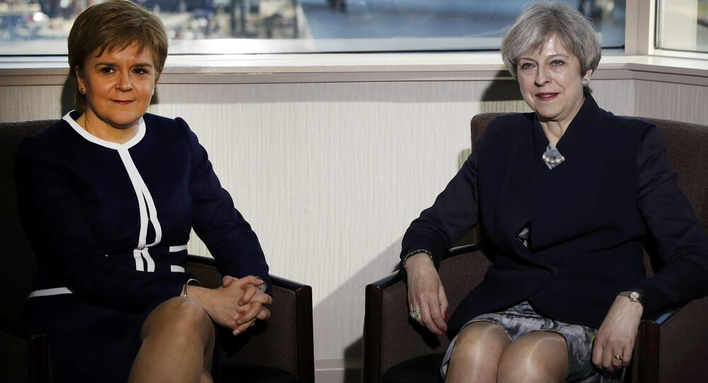 A primeira-ministra britânica, Theresa May, e a primeira-ministra da Escócia, Nicola Sturgeon, se encontram em um hotel em Glasgow, na Escócia, em 27 de março de 2017.