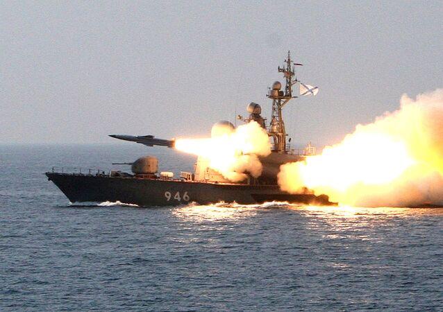 Míssil supersônico Moskit é lançado durante exercícios militares no mar do Japão