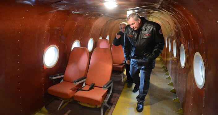 Vice-premiê russo, Dmitry Rogozin, dentro do ecranoplano Orion-20
