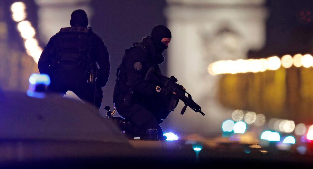 Forças de Segurança na Champs-Élysées após um atentado terrorista que terminou na morte de um policial e deixou outros dois feridos em Paris