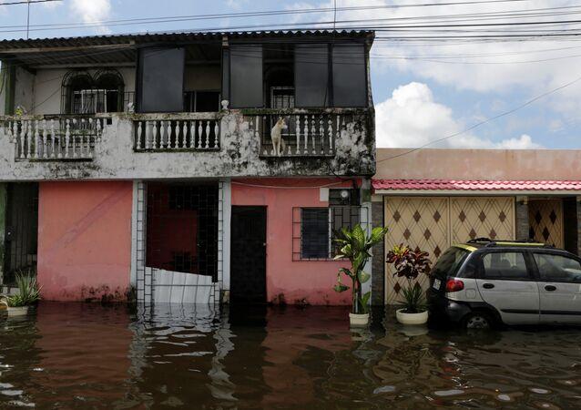 Enchente após temporal em Durán, Equador, em 4 de abril de 2017