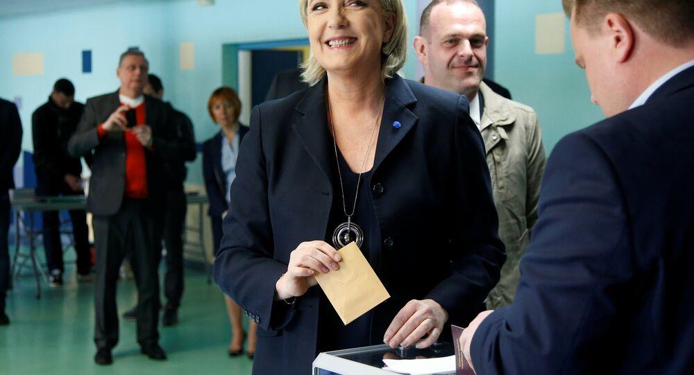 Marine Le Pen, líder do partido francês Frente Nacional e candidata à eleição presidencial francesa de 2017, registra sua cédula em uma zona de votação em Henin-Beaumont, no norte da França durante o primeiro turno das eleições 2017.