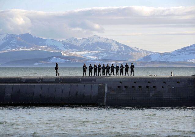 Marinheiros britânicos estão em cima de um submarino nuclear da Classe Vanguard, patrulhando o litoral ocidental da Escócia