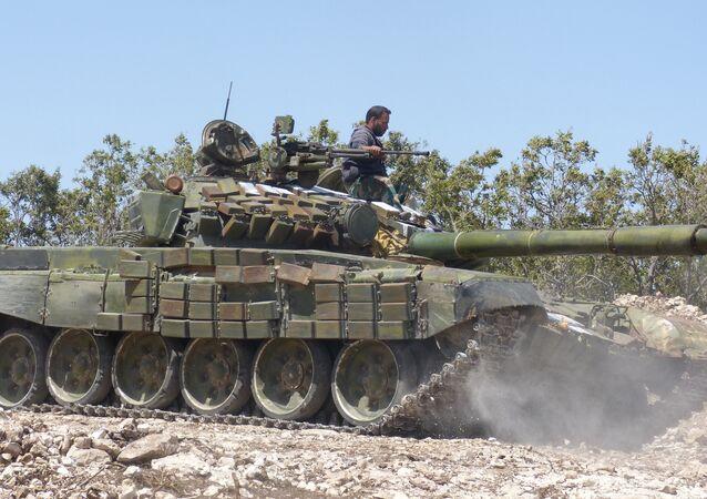 Soldado do exército sírio no tanque