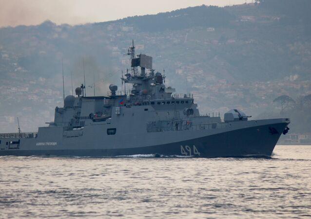 Fragata russa Admiral Grigorovich no estreito do Bósforo rumo ao mar Mediterrâneo, 7 de abril 2017