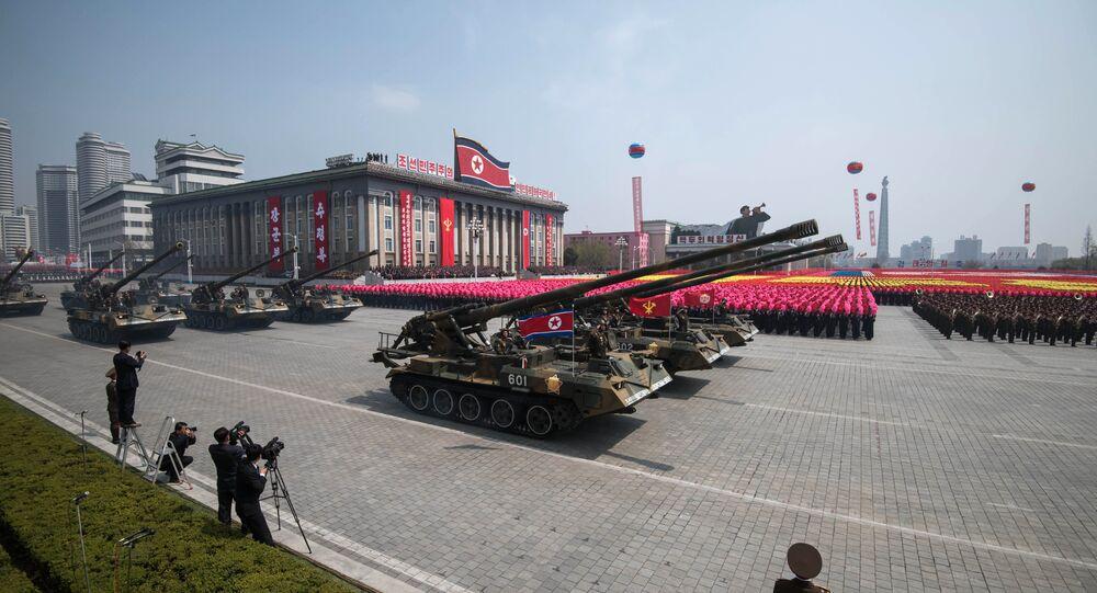 Tanques do Exército Popular da Coreia (KPA) são exibidos na praça Kim Il-Sung durante um desfile militar marcando o 105º aniversário do nascimento do líder norte-coreano Kim Il-Sung em Pyongyang em 15 de abril de 2017.