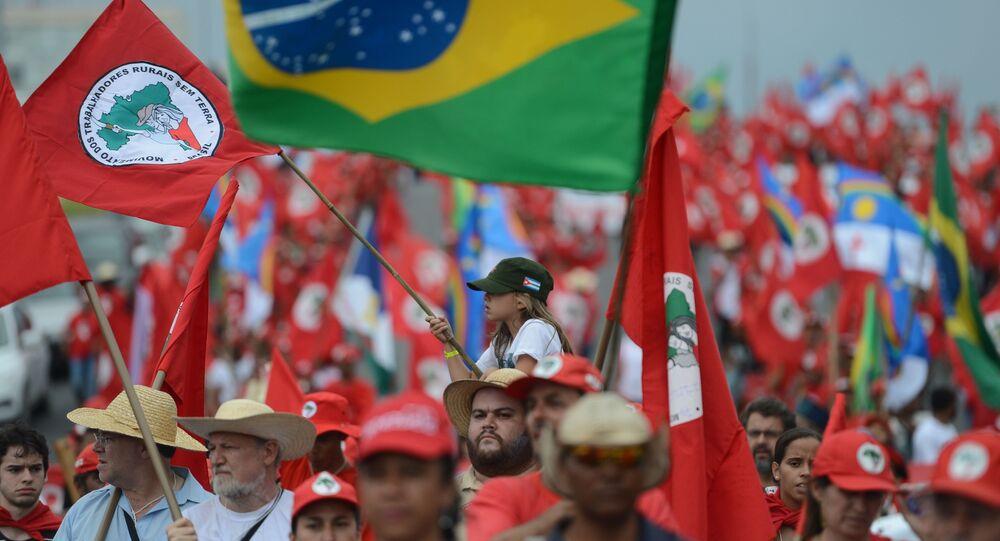 Trabalhadores sem-terra protestam contra mortes de dirigentes em todo o Brasil