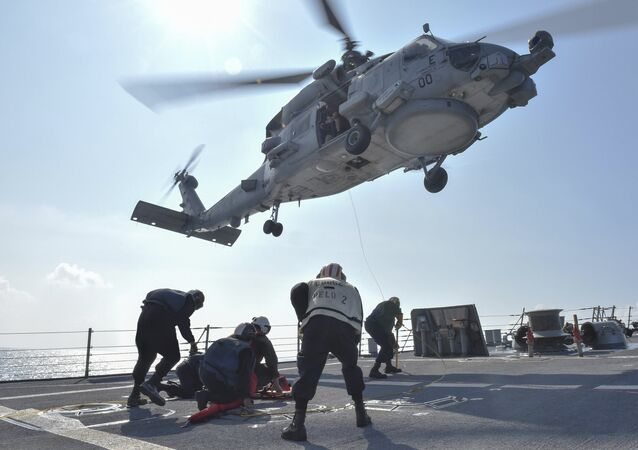 Um helicóptero MH-60R Seahawk pousando no destróier USS Lassen, no mar do Sul da China, em 28 de outubro de 2015