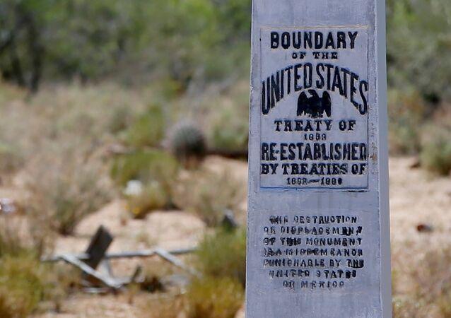 Um marco entre a fronteira dos EUA-México é visto da reserva de Tohono O'odham que atravessa o México em Chukut Kuk e o Arizona.