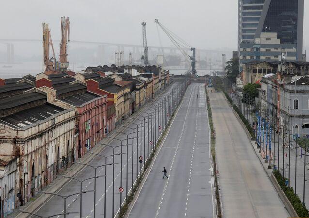 Uma pessoa cruza uma via pública vazia na área portuária do Rio de Janeiro no dia da greve geral, 28 de abril de 2017