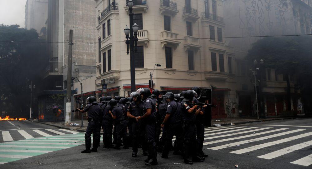 PMs são vistos em um cruzamento de São Paulo durante protestos que ocorrem no âmbito da greve geral de 28 de abril de 2017