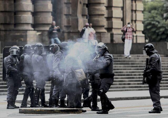 PMs lançam bombas de efeito moral a manifestantes durante um ato que acontece no âmbito da greve geral em São Paulo em 28 de abril de 2017