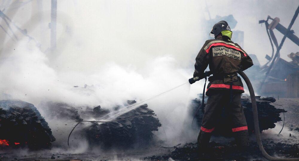 Bombeiro russo apaga fogo, foto de arquivo