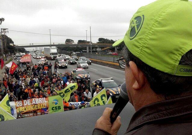 Em Guarulhos (SP) caminhada na rodovia Presidente Dutra até o centro da cidade, na Pça Getúlio Vargas, onde será feita uma concentração dos trabalhadores e dirigentes sindicais.