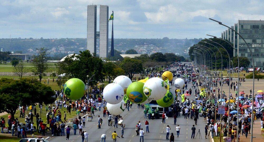 Trabalhadores realizam nesta sexta-feira (28) protesto contra as reformas na Esplanada dos Ministérios, em Brasília