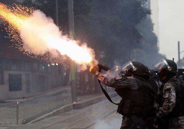 Policial atira bomba de gás contra manifestantes no centro do Rio de Janeiro